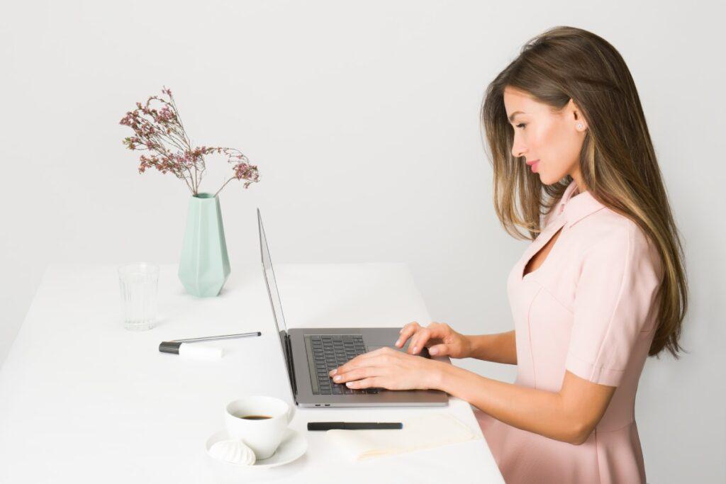 kobieta pracuje przy komputerze